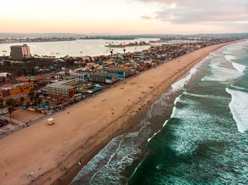 Flyg- sikt av den Stillahavs- stranden och beskickningfjärden i San Diego arkivbild