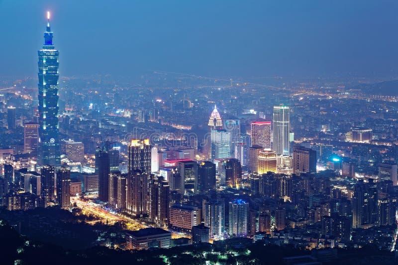 Flyg- sikt av den Taipei staden i aftonskymning med den Taipei gränsmärket som står högväxt bland skyskrapor i Xinyi reklamfilmom arkivfoton