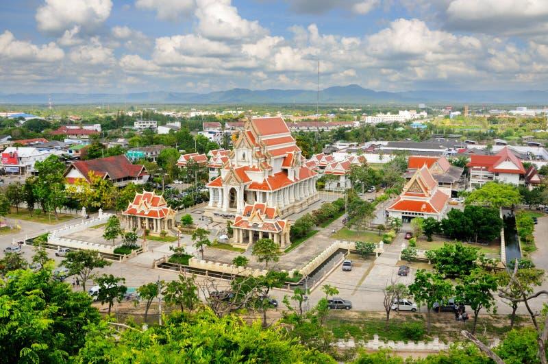 Flyg- sikt av den thailändska buddistiska templet Wat Thammikaram Worawihan i den Prachuap staden royaltyfri bild