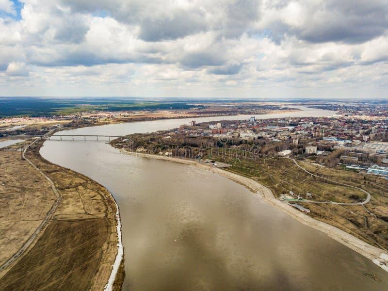 Flyg- sikt av den Tom floden och den Tomsk staden Tidig v?r i Sibirien Ryssland arkivbild