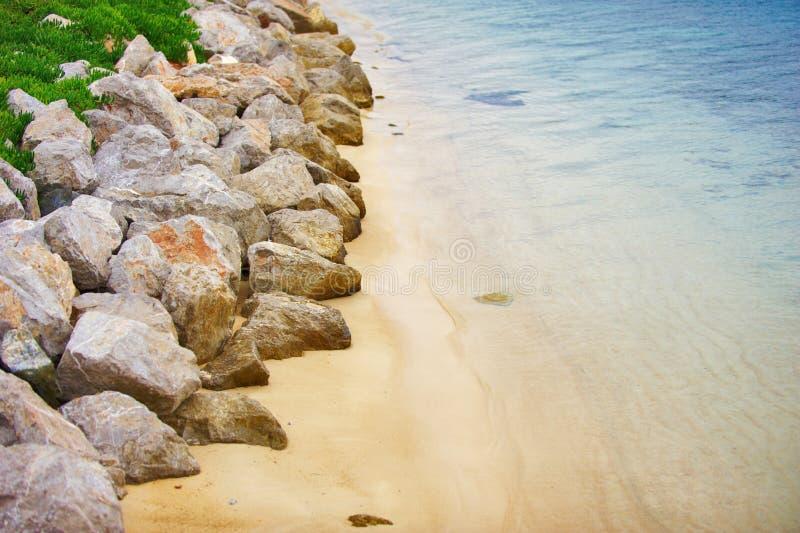 Flyg- sikt av den tomma steniga Oludeniz stranden royaltyfria bilder