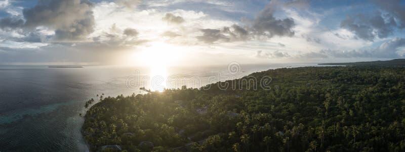 Flyg- sikt av den tropiska ön och solnedgången i Indonesien arkivbild