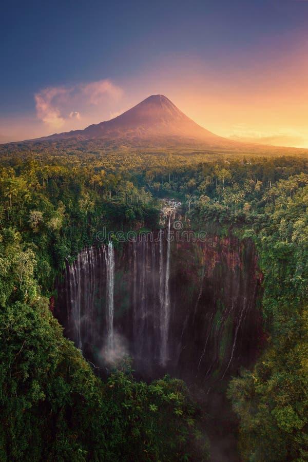 Flyg- sikt av den Tumpak Sewu vattenfallet och det Semeru berget på soluppgång som lokaliseras i East Java, Lumajang, Indonesien  arkivbilder
