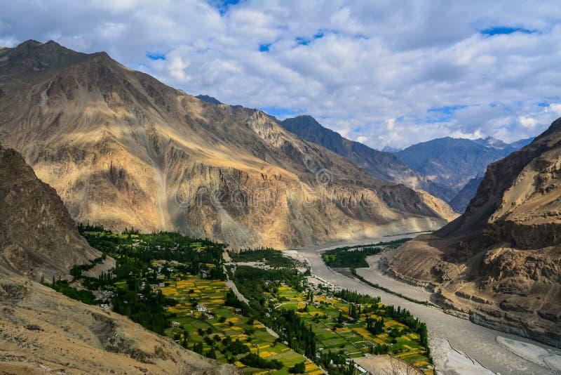 Flyg- sikt av den Turtuk byn i Kashmir royaltyfri foto
