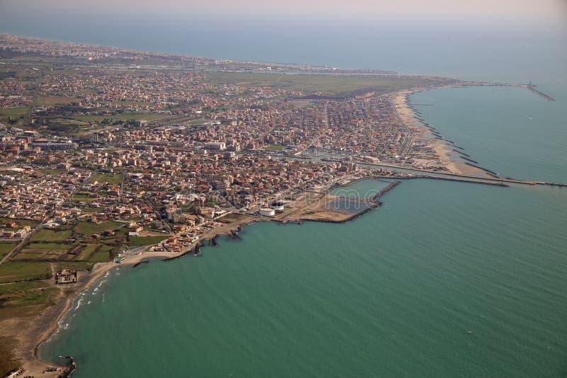 Flyg- sikt av den Tyrrhenian kustlinjen och Fiumicino staden, nära royaltyfria bilder