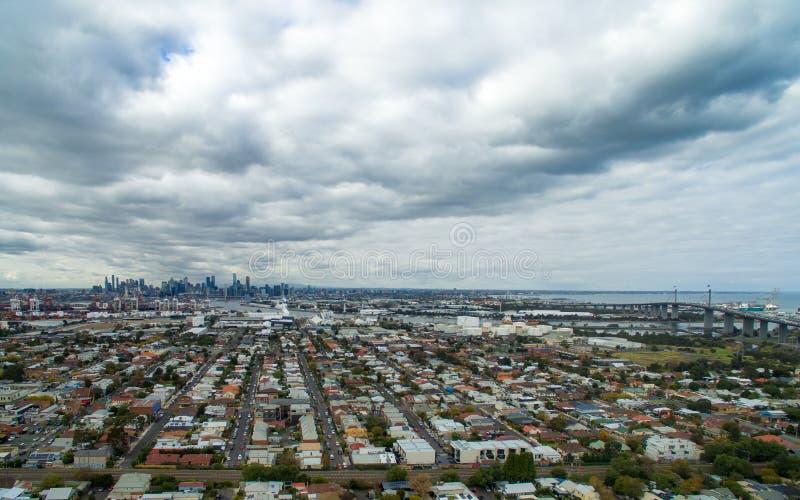 Flyg- sikt av den västra portbro- och Melbourne staden på molnig dag royaltyfri foto