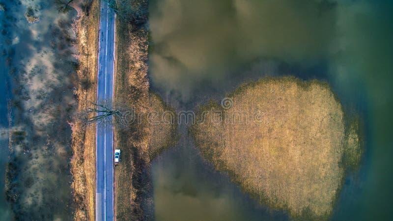 Flyg- sikt av den vattentidvatten och vägen royaltyfri foto