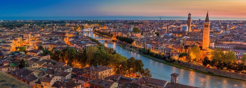 Flyg- sikt av den Verona citycityscapedagen till nattövergången och royaltyfria bilder