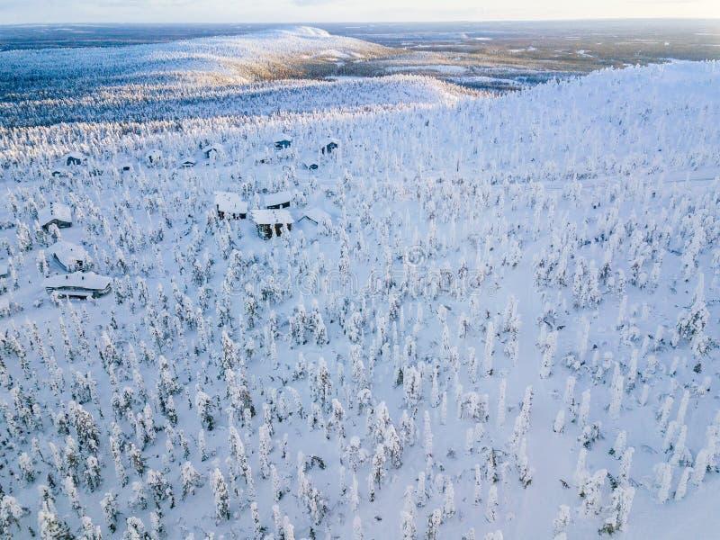 Flyg- sikt av den vinterskogen och vägen för snö den dolda Härligt lantligt landskap i Finland arkivbilder