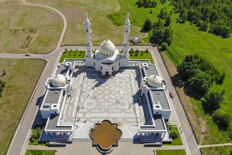 Flyg- sikt av den vita moskén Bästa sikt av den moskésjön och skogen arkivfoton