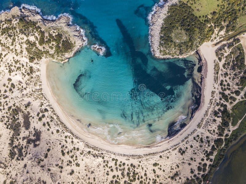 Flyg- sikt av den Voidokilia stranden, en populär strand i Messinia i det medelhavs- området arkivfoto
