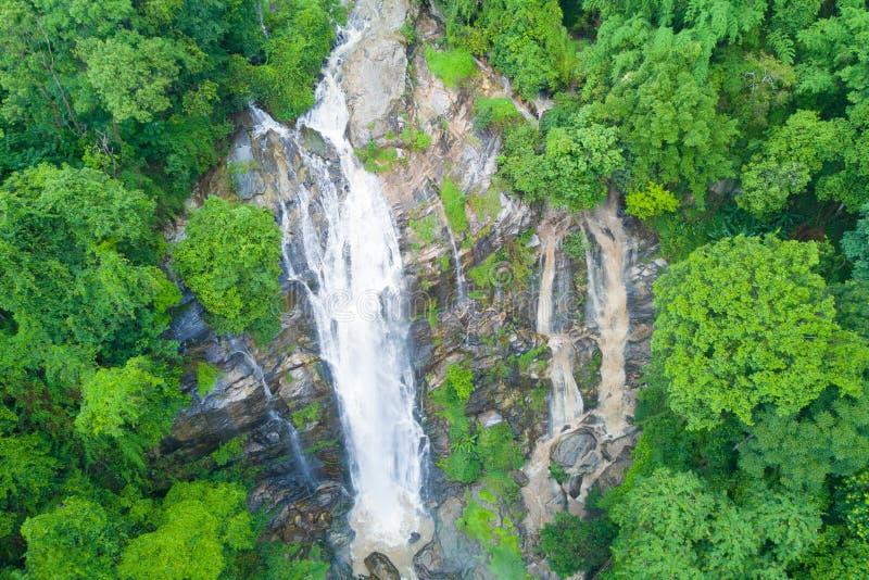 Flyg- sikt av den Wachirathan vattenfallet i regnig säsong på Doi Inth arkivfoto