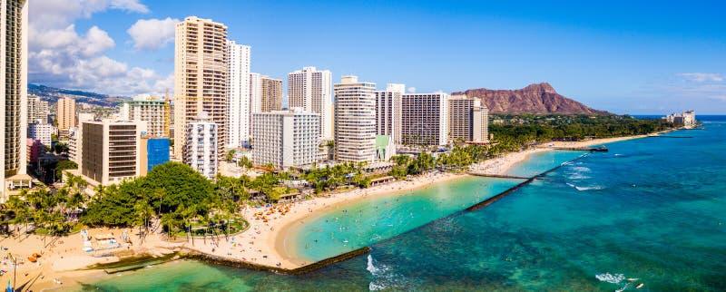 Flyg- sikt av den Waikiki stranden och Diamond Head Crater arkivbild
