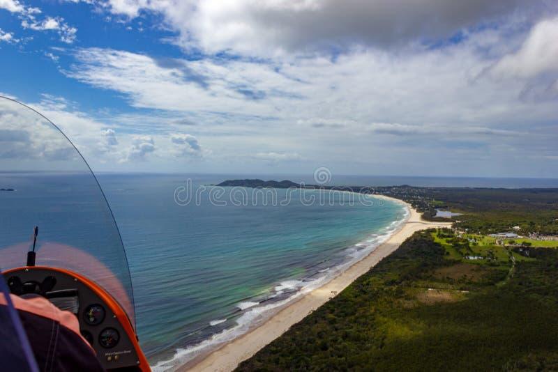 flyg- sikt av den Wategoes stranden på Byron Bay Fotoet togs ut ur en Gyrocopter, Byron Bay, Queensland, Australien royaltyfri fotografi