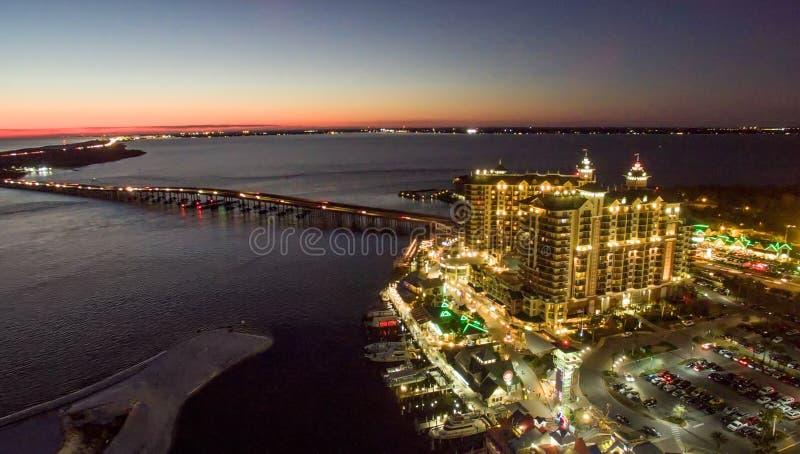 Flyg- sikt av Destin horisont på natten, Florida royaltyfri foto
