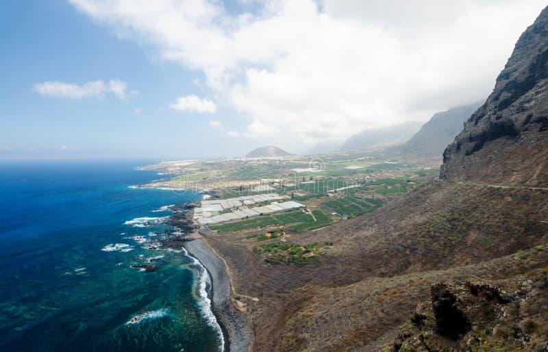 Flyg- sikt av det härliga landskapet med berg, svart vulkanisk strand, Atlantic Ocean Buenavista del Norte Tenerife, Canarias royaltyfri bild