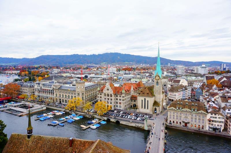 Flyg- sikt av det historiska Zurich centret med berömda Fraumunst arkivfoto