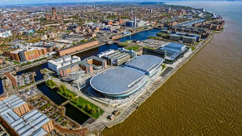Flyg- sikt av det Liverpool stadsfotoet med skeppsdockor, hjul, moderna byggnader royaltyfri bild