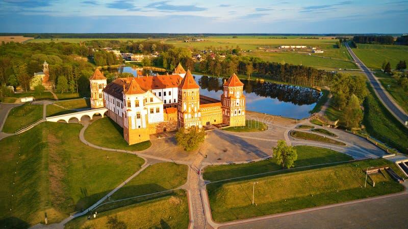 Flyg- sikt av det medeltida Mir-slottkomplexet royaltyfria foton