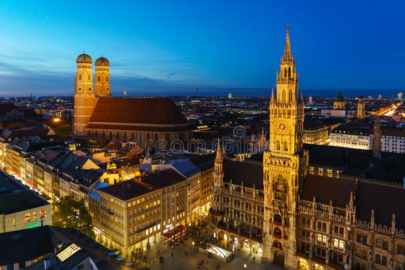 Flyg- sikt av det nya stadshuset och Marienplatzen på natten, Munic fotografering för bildbyråer