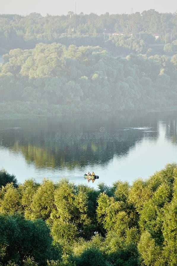 Flyg- sikt av det pittoreska vattenlandskapet med fiskarefartyget arkivfoton