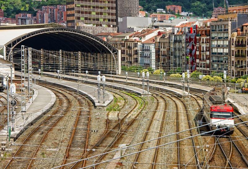 Flyg- sikt av det rörliga drevet som kör längs järnvägsspåren och drevstationen i Bilbao, Spanien royaltyfria bilder
