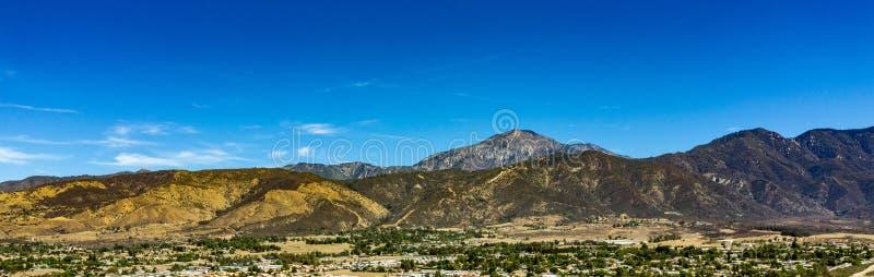 Flyg- sikt av det San Gorgonio berget i Sanen Bernardino Mountains On ett varmt, Sunny Day royaltyfri foto