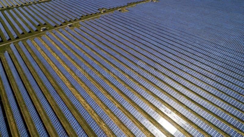 Flyg- sikt av det sol- batteriet royaltyfri foto