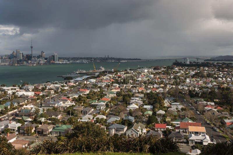Flyg- sikt av Devonport och Auckland CBD arkivfoton