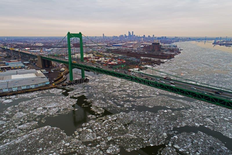Flyg- sikt av djupfrysta Delaware River Philadelphia royaltyfri fotografi