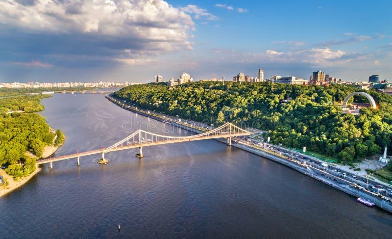 Flyg- sikt av Dnieperen med den fot- bron i Kiev, Ukraina arkivbilder
