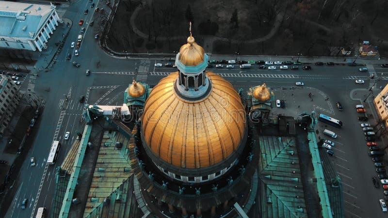 Flyg- sikt av domkyrkan för St Isaacs i St Petersburg, den historiska mitten av staden Enormt flyg över royaltyfri fotografi