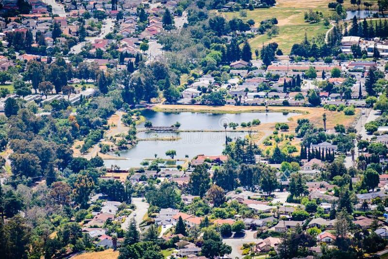 Flyg- sikt av dren Robert Gross Groundwater Recharge Pond omgav vid en bostads- grannskap, San Jose, södra San Francisco arkivbilder