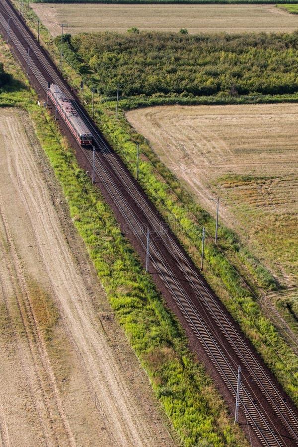 Flyg- sikt av drevet och järnvägsspåret royaltyfria foton