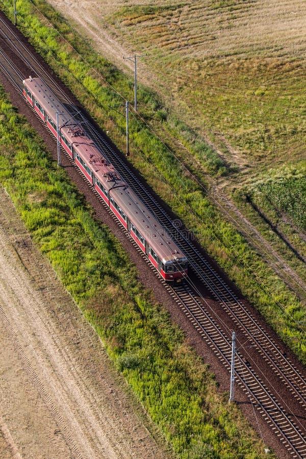 Flyg- sikt av drevet och järnvägsspåret arkivfoton