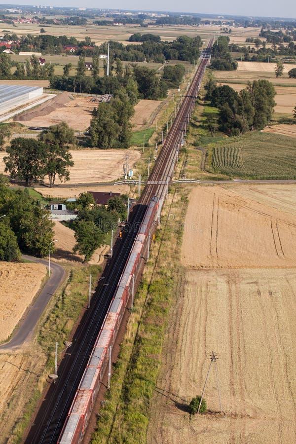 Flyg- sikt av drevet och järnvägsspåret royaltyfri fotografi