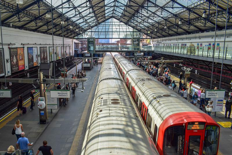 Flyg- sikt av drevet som avgår från en underjordisk rörstation i London arkivfoto