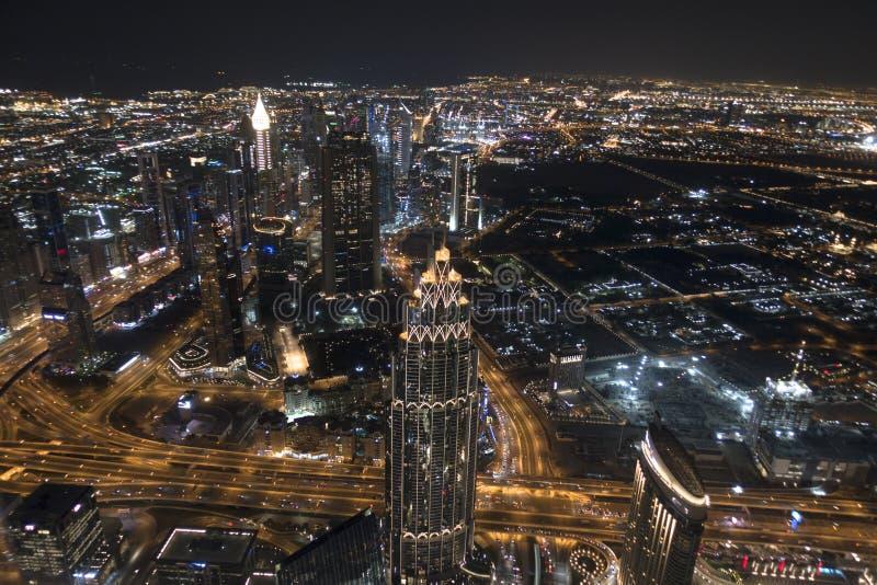Flyg- sikt av Dubai vid natten, berömt ställe som ska besökas i Mellanösten fotografering för bildbyråer