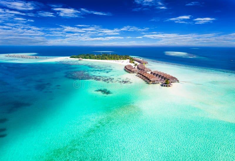 Flyg- sikt av en ö i Maldiverna arkivbilder