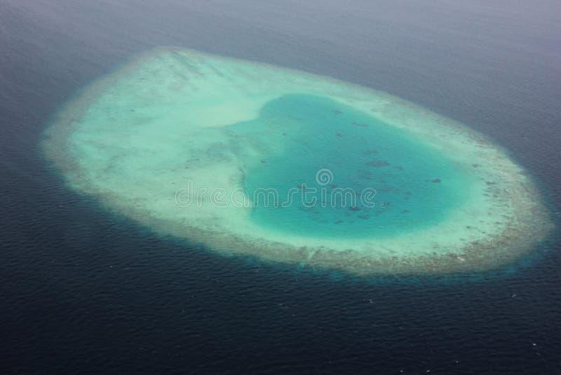 Flyg- sikt av en atoll i Maldiverna royaltyfria foton