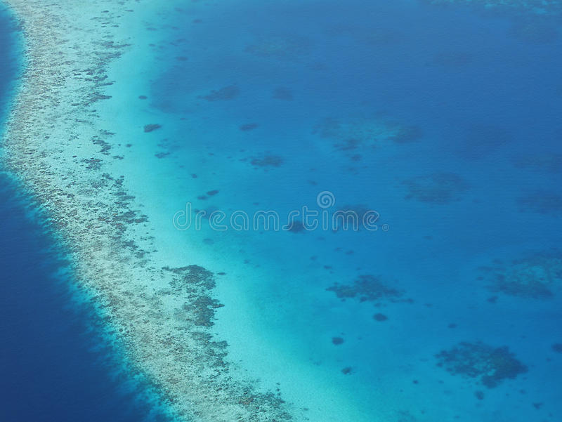 Flyg- sikt av en atoll i Maldiverna med den undervattens- korallreven royaltyfria bilder
