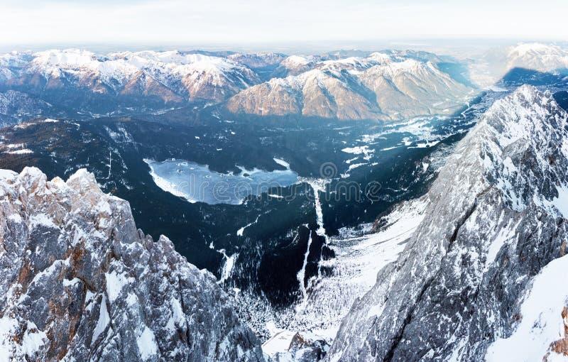 Flyg- sikt av en djupfryst bergsjö arkivfoton