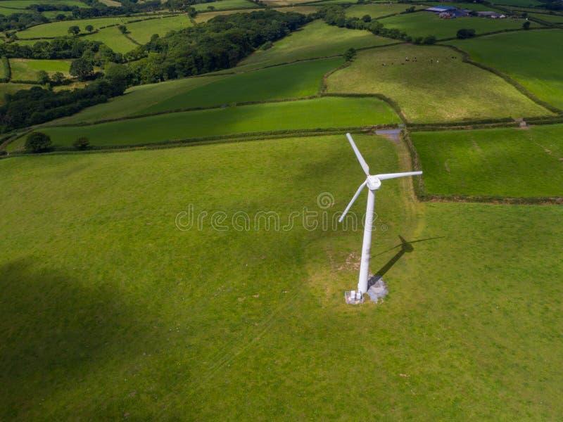 Flyg- sikt av en elektricitet som frambringar vindturbinen royaltyfria bilder