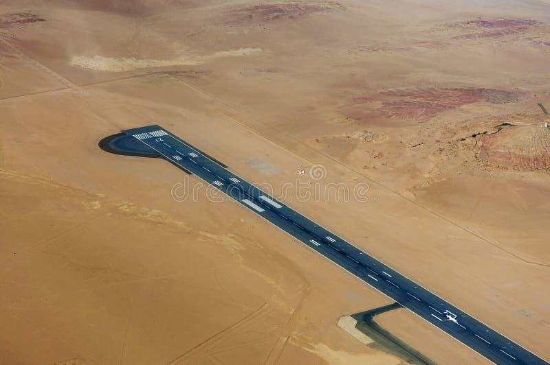 Flyg- sikt av en flygplats i öknen i Namibia royaltyfri foto