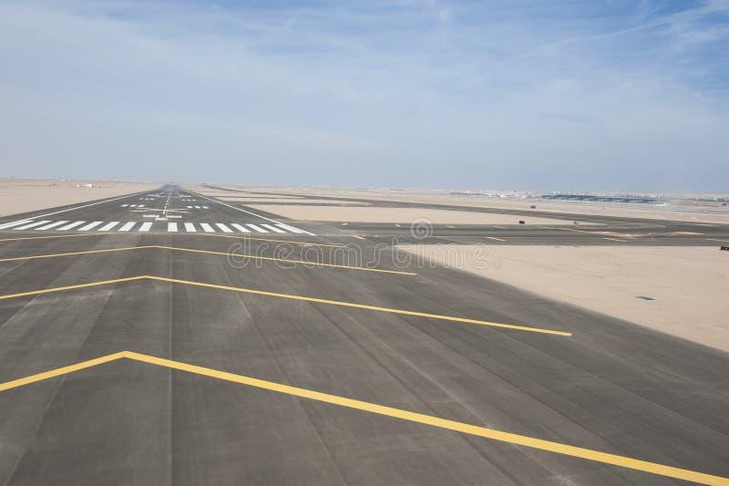 Flyg- sikt av en flygplatslandningsbana arkivfoton