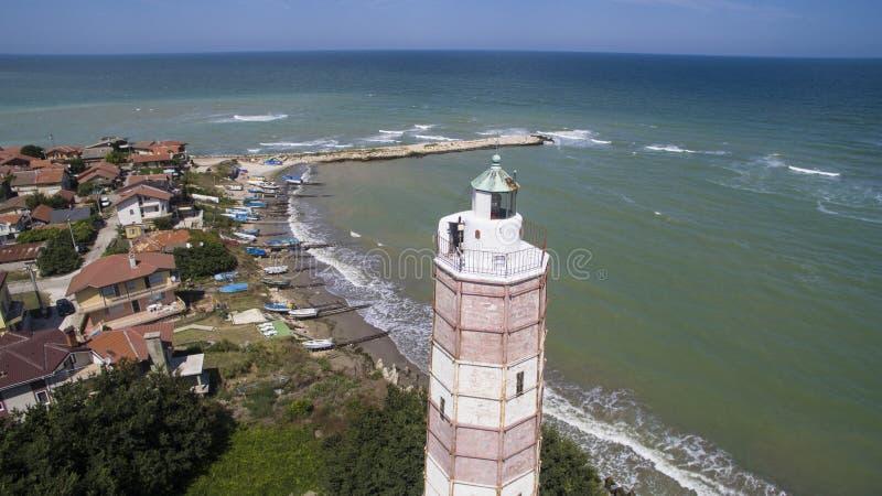 Flyg- sikt av en gammal fyr på Blacket Sea, Bulgarien royaltyfria foton