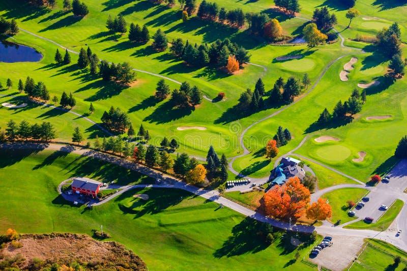 Flyg- sikt av en golfbana i Stowe, Vermont arkivbild