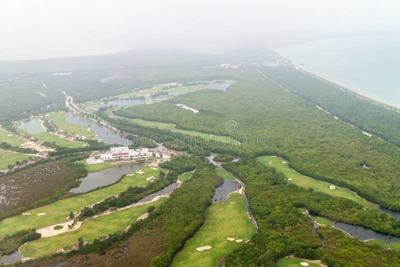 Flyg- sikt av en golfbana nära Cancun, Mexi arkivbild