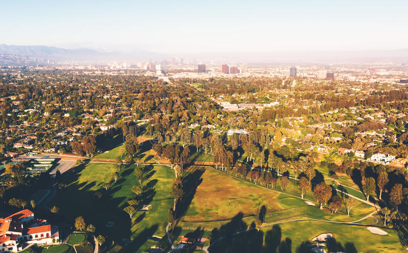 Flyg- sikt av en golfbanaklubbhus i LA arkivbild