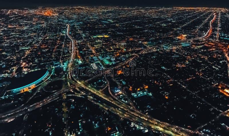 Flyg- sikt av en massiv huvudväg i Los Angeles royaltyfri fotografi